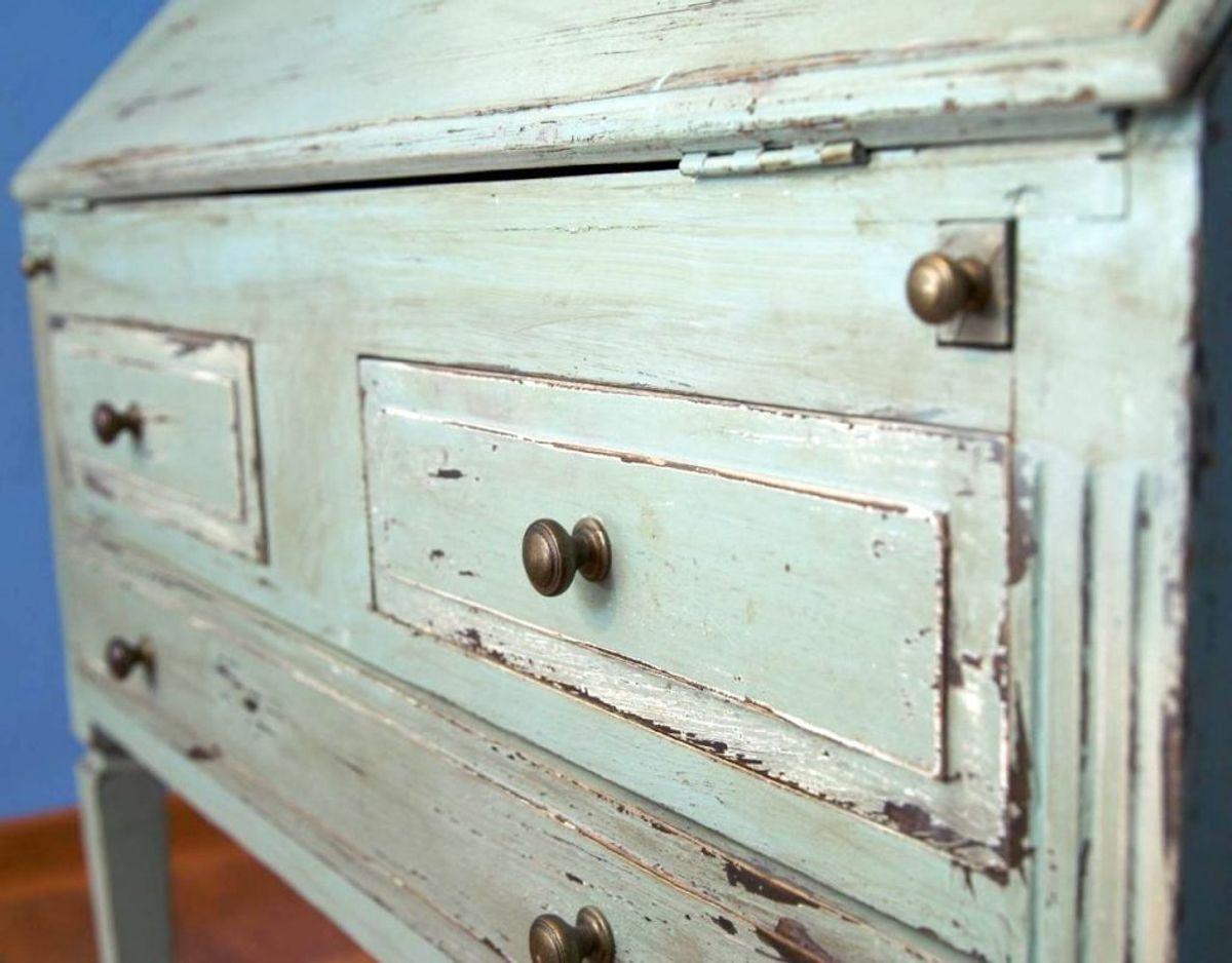 Oldemors gamle chatol, som du ikke lige fik plads til, men stadig gerne vil beholde, skal du passe på med at stille i kælderen. Er møblet af træ kan det absorbere fugt og lugte fra kælderen. Foto: Scanpix