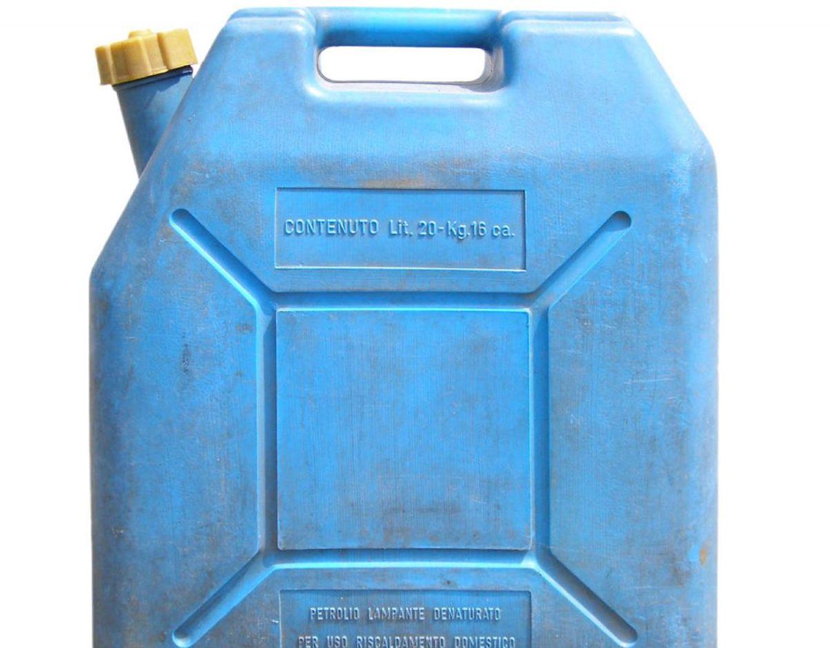 Opbevar ikke brandbare ting som benzin, gasflasker eller maling indenfor, da risikoen for at det brænder er større. Det bør ikke opbevares i kælderen, men udenfor i garagen eller i et skur. Foto: Scanpix
