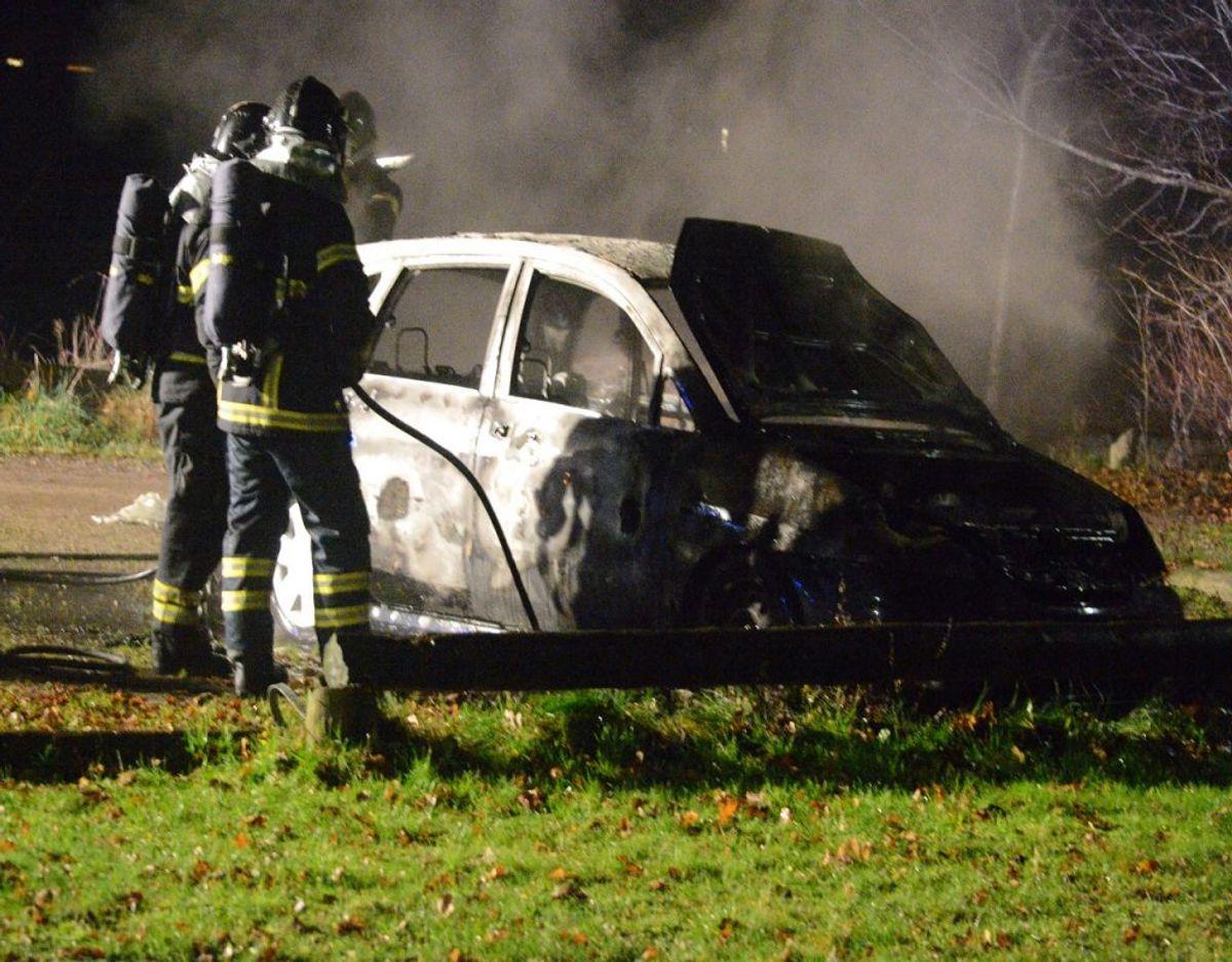 En sort Suzuki brød tirsdag aften i brand på Vestergade i Rødekro. KLIK VIDERE og se flere billeder af branden. Foto: Presse-fotos.dk