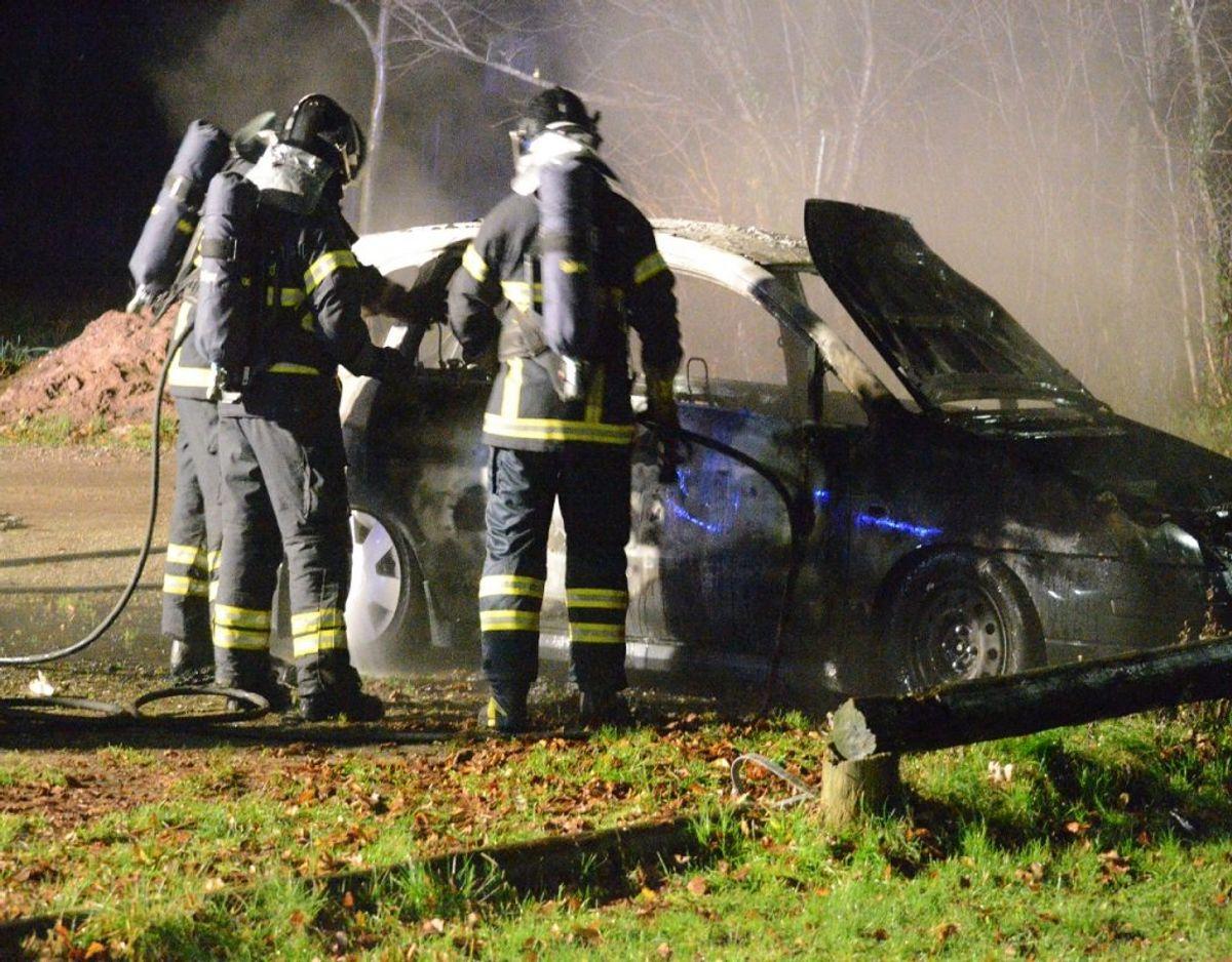 En sort Suzuki brød tirsdag aften i brand på Vestergade i Rødekro. Foto: Presse-fotos.dk