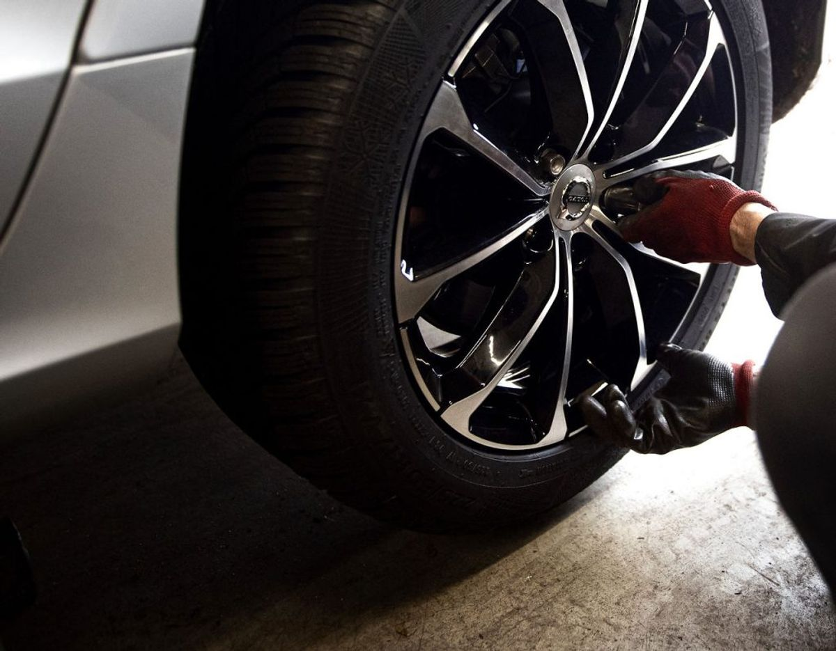 4) Tjek dæktrykket At køre med det rette dæktryk er vigtigt af to grunde: Du sparer brændstof, og du kører mere sikkert. Det er særligt vigtigt at få tjekket i vinterperioden, hvor de kølige temperaturer betyder, at dæktrykket falder. For lavt dæktryk kan koste op mod fem procent mere benzin. – Få det tjekket hver måned. Det er især vigtigt at få tjekket bagdækkene, siger Søren Holten Jacobsen. Kører du på jule- eller vinterferie med et stort læs, kan et for lavt dæktryk nemlig have stor betydning for sikkerheden, hvis du skal lave en undvigelsesmanøvre. Samtidig slider du mindre på dækkene, hvis du kører med det rette tryk. Foto: Scanpix