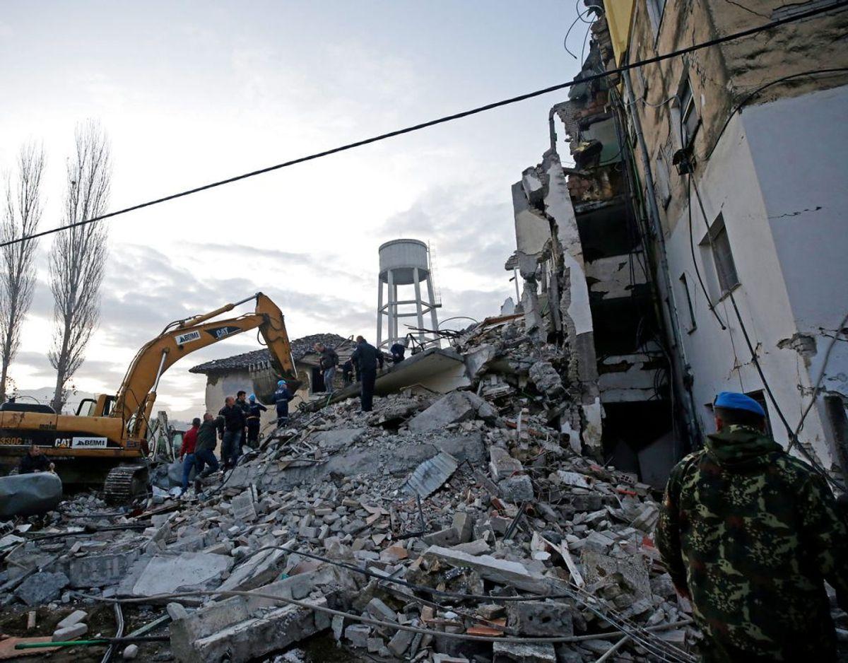 En person er død i forbindelse med et kraftigt jordskælv, der natten til tirsdag ramte Albanien. Foto: Scanpix