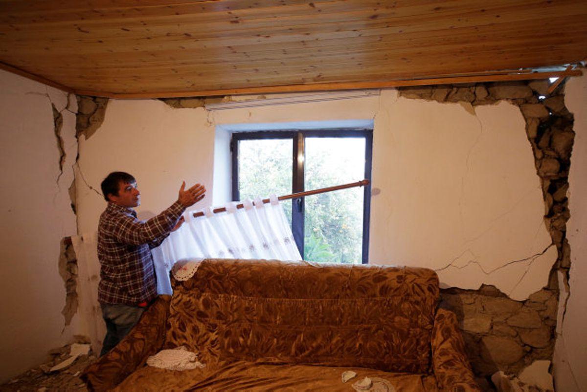 En mand undersøger skaderne i et hus efter et jordskælv, som ramte Albanien i september. Natten til tirsdag er der målt et endnu kraftigere jordskælv i landet, men der er ingen meldinger om dræbte. Foto: Florion Goga/Reuters