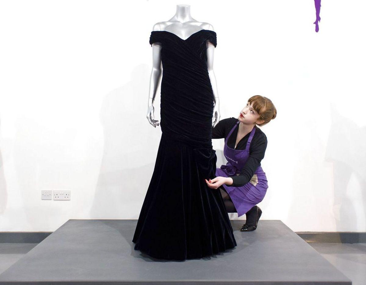 Kjolen som prinsesse Diana bar under sit besøg i Det Hvide Hus den 9. november 1985. Mandag den 9. december er den under hammeren ved en auktion i London. Skal den være din, må du regne med at skulle slippe godt tre millioner kroner. Klik videre for flere billeder.  Foto: Scanpix/LEON NEAL / AFP