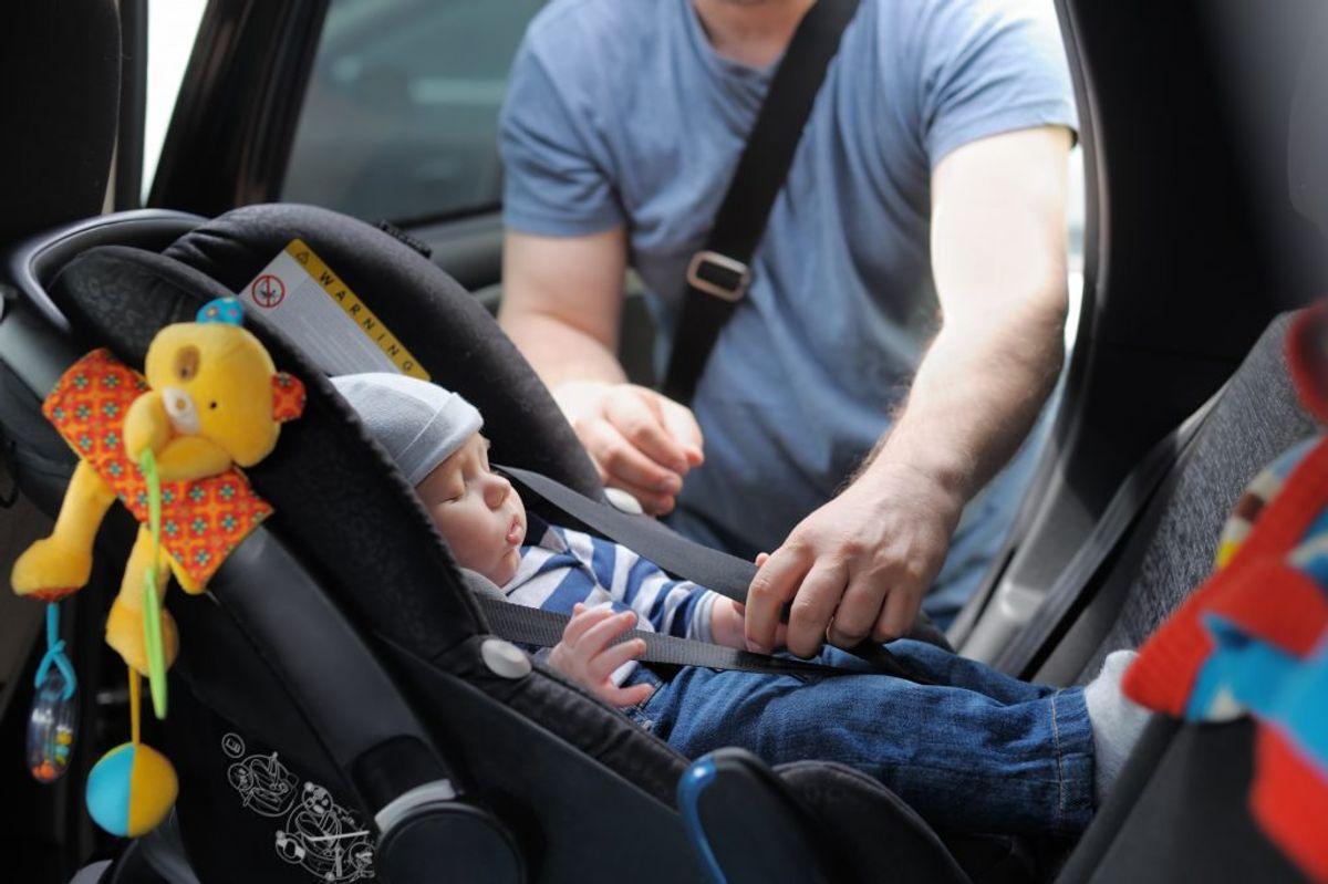 Hvis du skal have børn med i bilen, er det vigtigt at have styr på, hvordan du spænder barnet korrekt fast. Ellers risikerer du både, at barnet ikke er sikret ordentligt, og du kan få en bøde. KLIK VIDERE I GALLERIET HER, OG SE BÅDE REGLER OG GODE RÅD, NÅR DU SKAL SPÆNDE BØRN FAST I BILEN. Foto: Scanpix