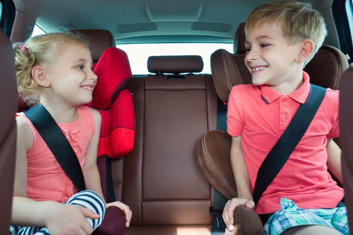 Det er lovpligtigt at spænde børn, der er under 135 centimeter høje, fast i godkendt sikkerhedsudstyr. Udstyret skal passe til barnets vægt og højde. Der må ikke være flere i bilen, end der er seler til.  Kilde: Rådet for sikker trafik. Foto: Scanpix