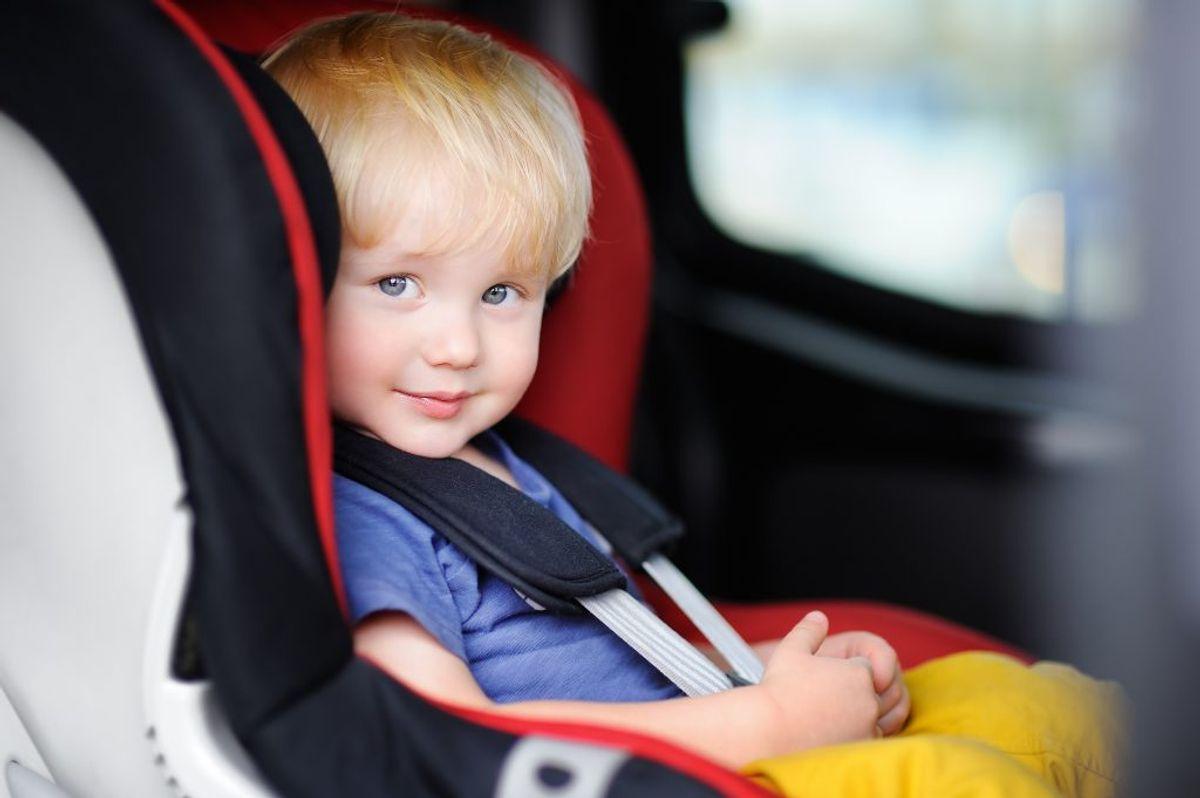 Dit barn er vokset ud af autostolen, når hovedet begynder at stikke op over kanten på stolen, eller vægtgrænsen er overskredet. Og så skal barnet have en større stol.  Kilde: Rådet for sikker trafik. Foto: Scanpix