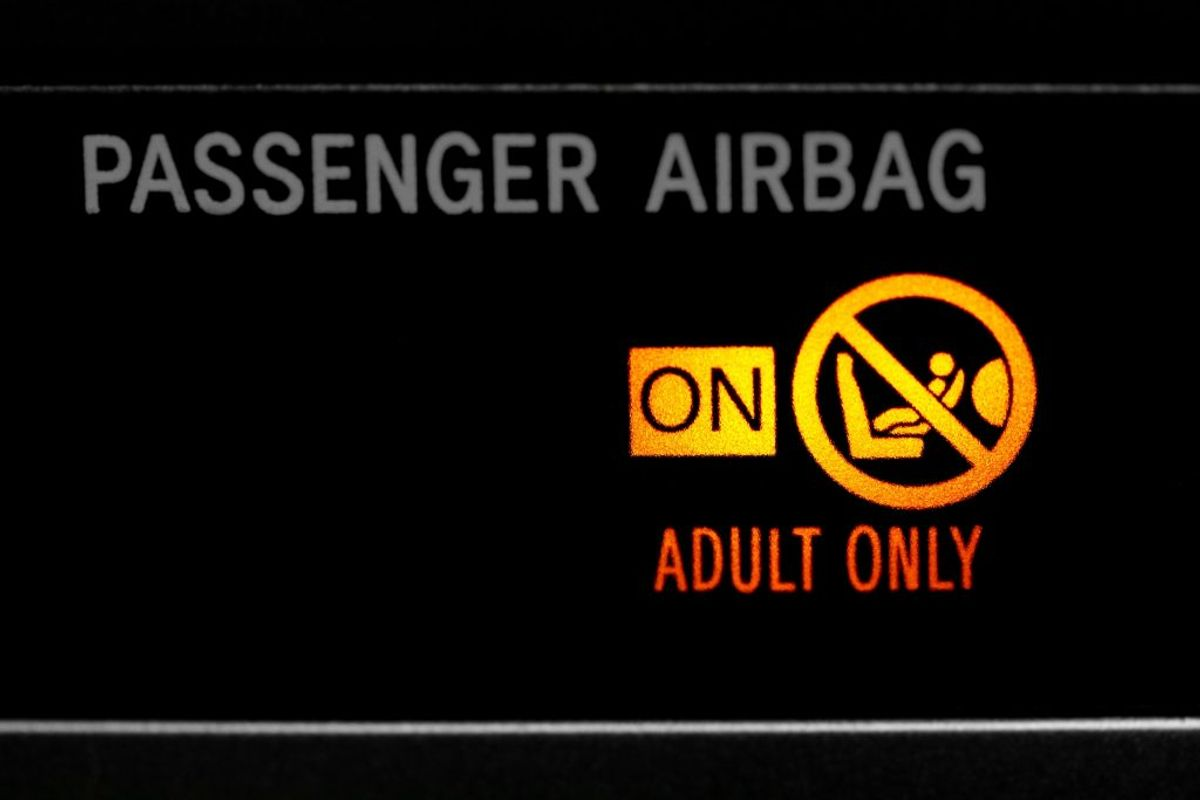 Hvor skal barnet sidde? Barnestolen bliver typisk placeret på bagsædet, men kan også placeres på forsædet, hvis airbaggen slås fra. Det er både forbudt og livsfarligt at placere en bagudvendt stol på forsædet med en aktiv airbag. Sideairbags er ikke farlige – hvis dit barn er korrekt fastspændt og ikke læner hovedet mod døren.  Kilde: Rådet for sikker trafik. Foto: Scanpix