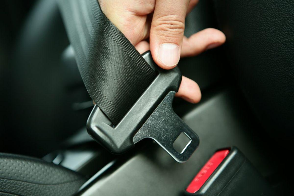 Det er både farligt og ulovligt at sætte selen under barnets arm. Det kan give store skader på de indre organer, hvis I bliver involveret i en trafikulykke. Selen må heller ikke sættes bag om barnets ryg, for så bliver barnets overkrop ikke holdt fast. Selen skal altid sidde rigtigt: Foran kroppen og hen over skulderen. Det er ikke farligt, at selen sidder tæt på halsen, men hvis selen generer, så læg et lille stykke stof under.  Kilde: Rådet for sikker trafik. Foto: Scanpix
