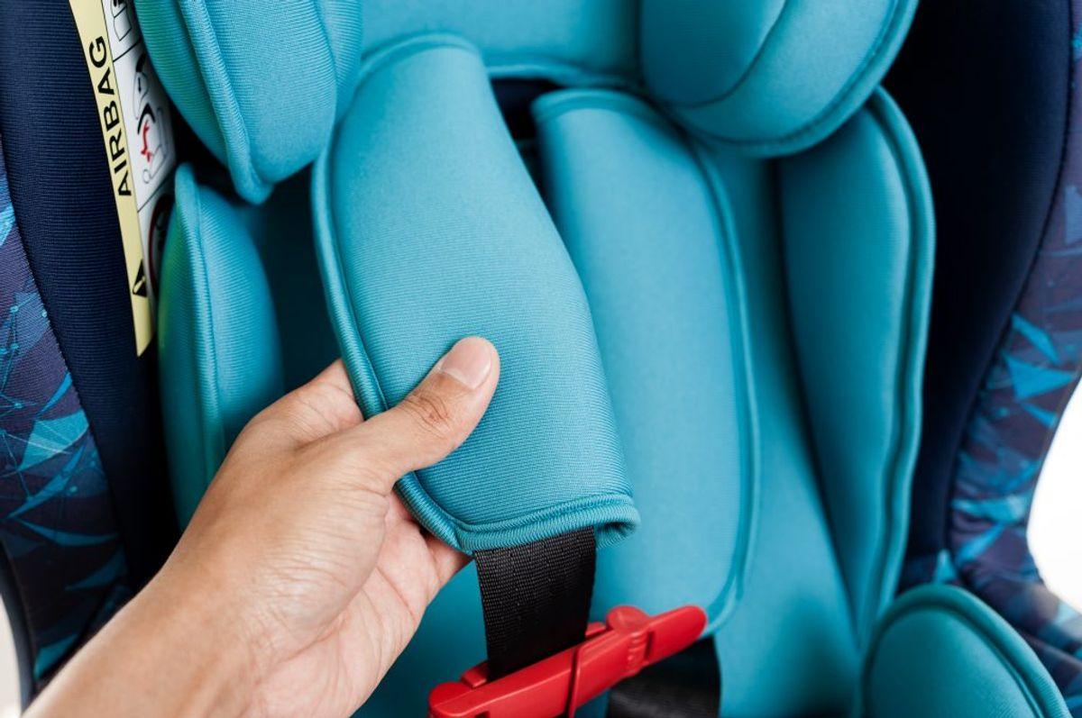 Tjek altid brugsanvisningen, så du er sikker på, at du monterer stolen korrekt. Kig efter E-mærket og de to første cifre i den lange talrække under eller efter mærket. Tallet skal enten starte med 03 eller 04, så er stolen i orden. I-Size er også en gældende godkendelse, som kun gives til autostole med Isofix.  Kilde: Rådet for sikker trafik. Foto: Scanpix