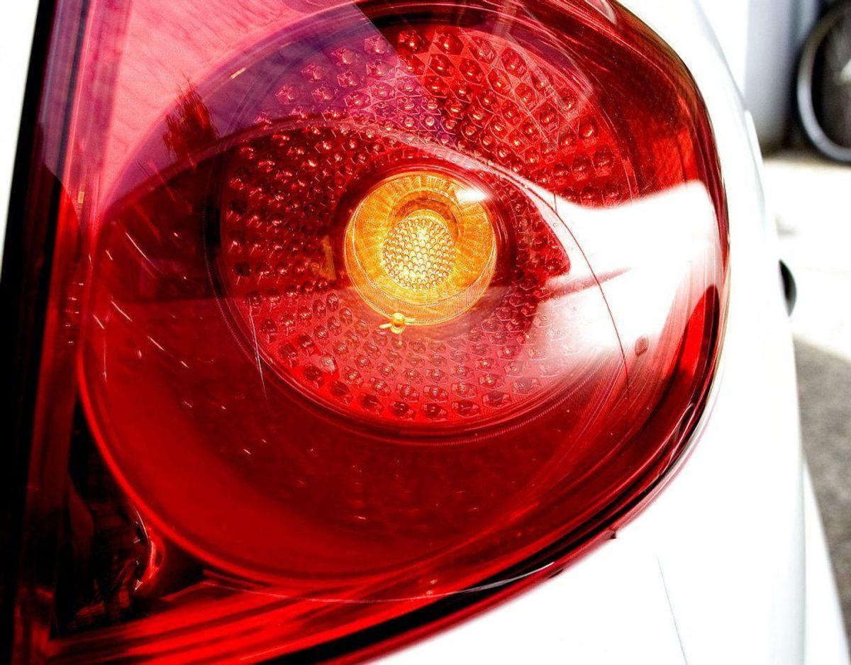 På nye biler, der er typegodkendt efter den 30. juli 2016, skal der være en lyssensor, som sørger for, at for- og baglygterne tændes automatisk, når der er mørkt eller tåget. Det betyder, at på sigt vil problemet med de slukkede baglygter i høj grad løse sig selv i takt med, at bilparken bliver skiftet ud. Det kræver dog, at man selv indstiller sensoren til at være aktiv. Foto: Scanpix