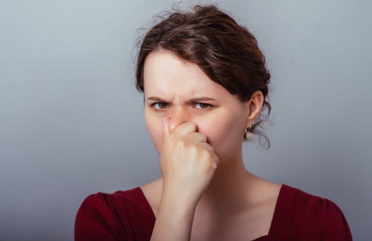 Undgå dårlig lugt og bakterier i vaskemaskinen Lågen skal være åben, når du ikke bruger maskinen. Så kan tromlen dampe af og blive helt tør. Fugt og stivelsesrester fra vasken kan ellers holde på bakterierne og give dårlig lugt i maskinen. Bakterier og støvmider dør først ved 60°C, og hvis bakterierne er meget hårdføre, dør de først ved 80°C. Hvis din maskine lugter surt eller dårligt bør du give dit tøj en vask ved 90°C. Foto: Colourbox.