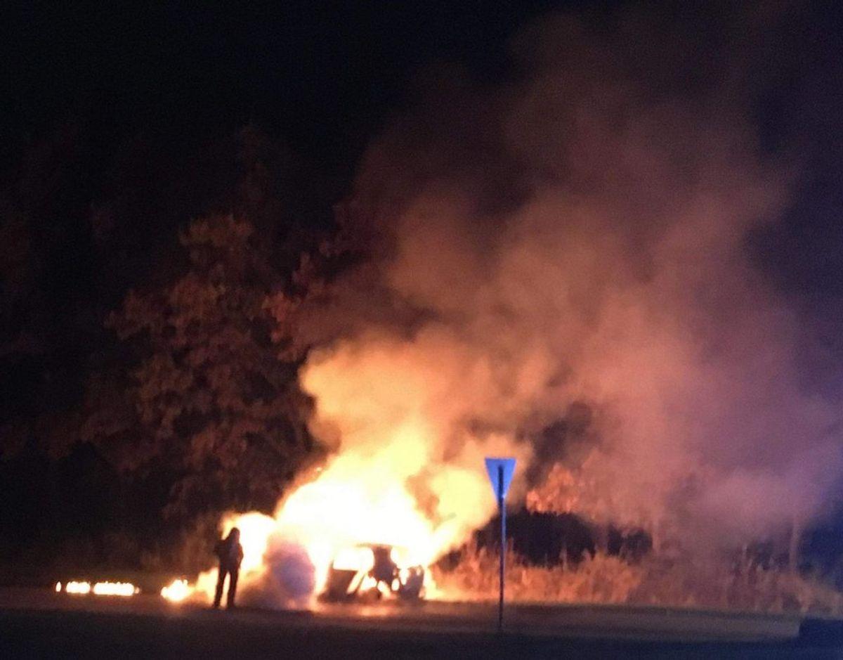 Cirka 10 km fra Morelhaven blev den mulige flugtbil fundet omspundet af flammer. Foto: Presse-fotos.dk.