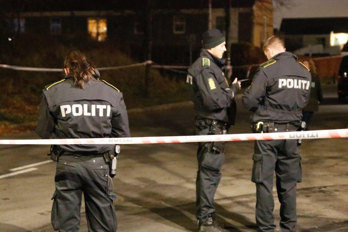 Det var på Nørreby Allé ved Morellhaven i Høje Taastrup, skuddene faldt sent onsdag aften. Foto: Presse-fotos.dk. KLIK VIDERE OG SE BILLEDER AF DEN BRÆNDENDE FLUGTBIL