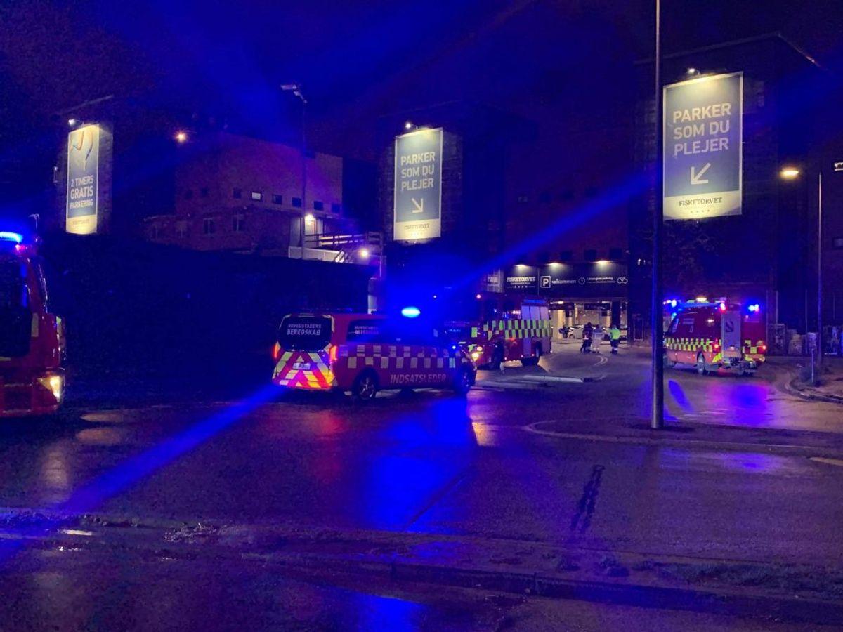 Politi og brandvæsen er til stede på Fisketorvet. Der er sket et ammoniakudslip. Foto: Presse-fotos.dk.