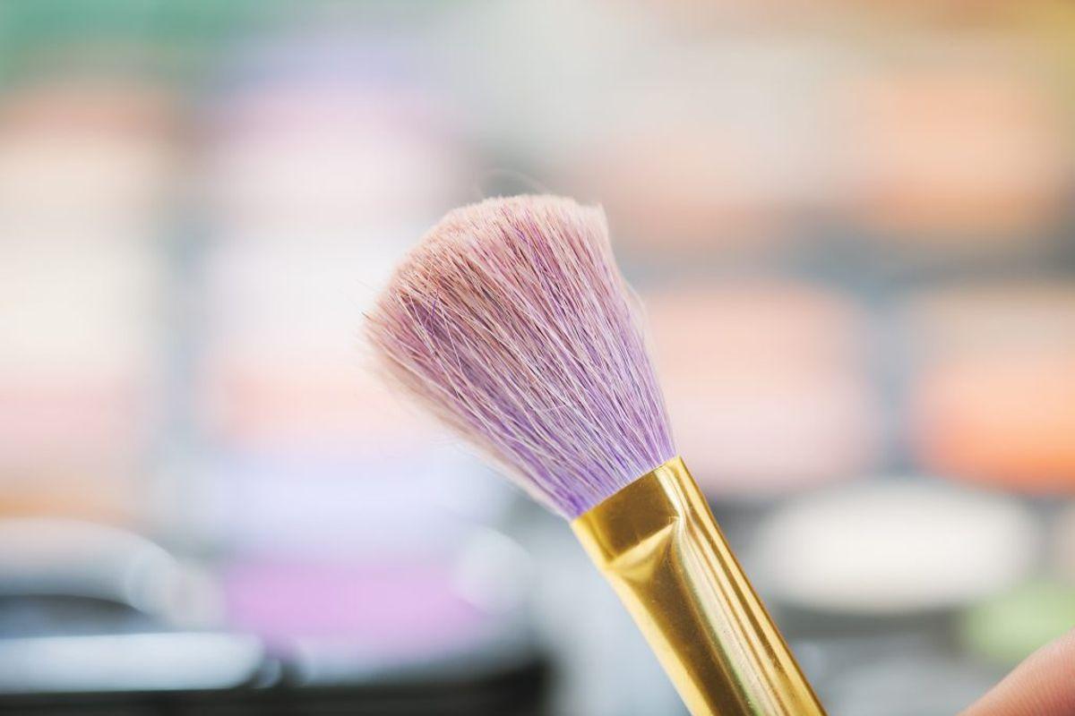 Giv makeupbørsten en tur. Det skal dog være en skåne-vask, så ikke limen der holder hårene sammen går i stykker.