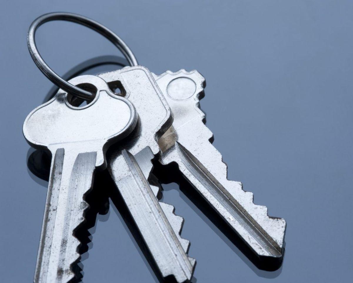 Hvis dit barn kan lide at tage dine nøgler i munden, giv dem en tur i opvaskeren. Sæt nøgleringen fast om en af de øverste hylder.