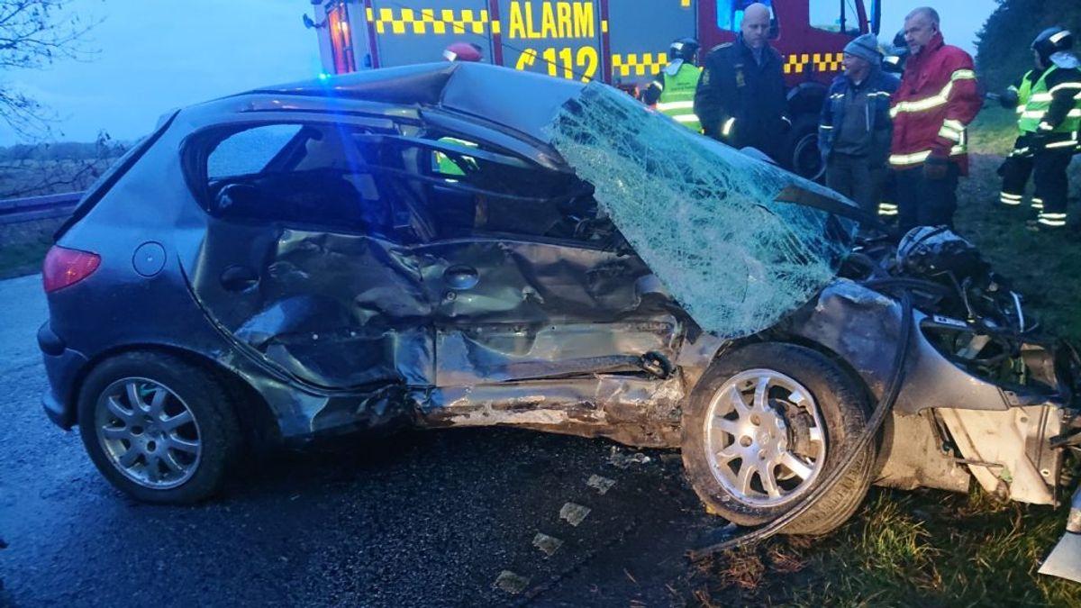 Bilen her har fået et ordentligt tryk. Føreren er kørt til tjek på Viborg Sygehus. KLIK videre og se flere billeder fra det voldsomme uheld. Foto: Presse-fotos.dk
