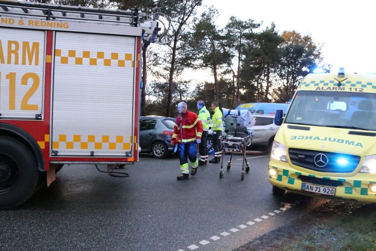 En bil har fået en særdeles hård medfart. KLIK FOR FLERE BILLEDER. Foto: Øxenholt Foto