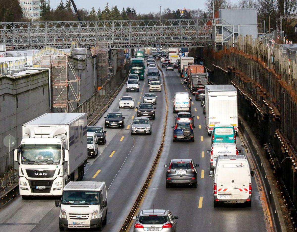 Derfor ønsker hun et møde med transportminister Benny Engelbrecht, fordi borgmesteren gerne vil gøre som her – i Hamborg – hvor motorvejen bliver overdækket. Foto: Scanpix