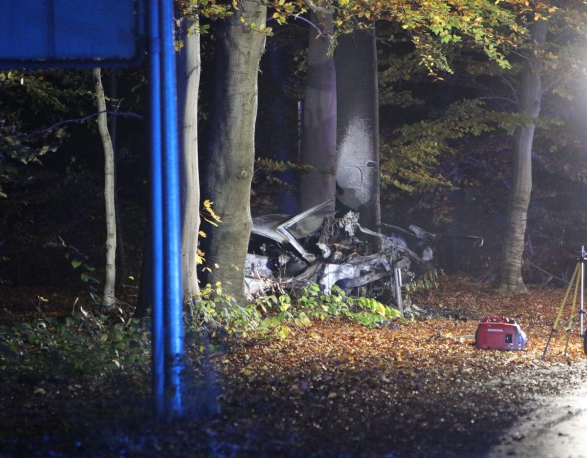Bilen brød i brand efter ulykken. Foto: Presse-fotos.dk. KLIK for mere.