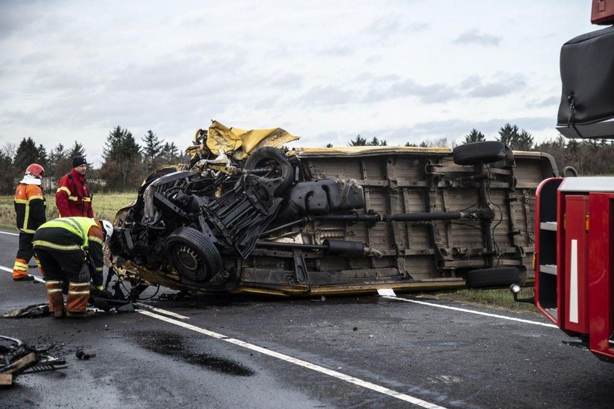 Den dømte kørte i en gul varebil for et fragtfirma. Både hans og forurettedes bil led voldsomme skader. Ægteparret i personbilen omkom. Arkivfoto: René Lind Gammelmark
