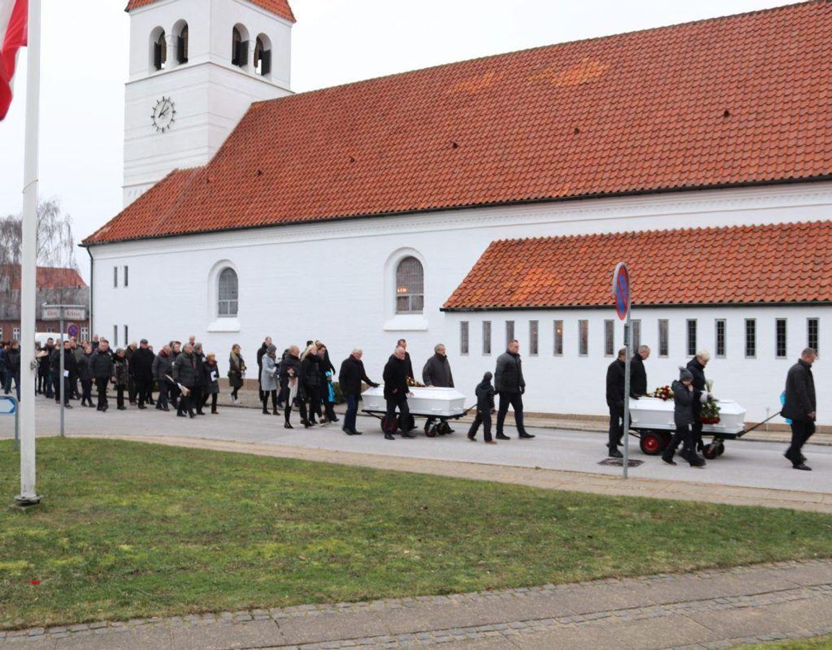430 familiemedlemmer, venner, naboer og bekendte var med på Hanne og Johannes' sidste rejse, der foregik fra Tarm Kirke. Foto: Newsbreak.dk