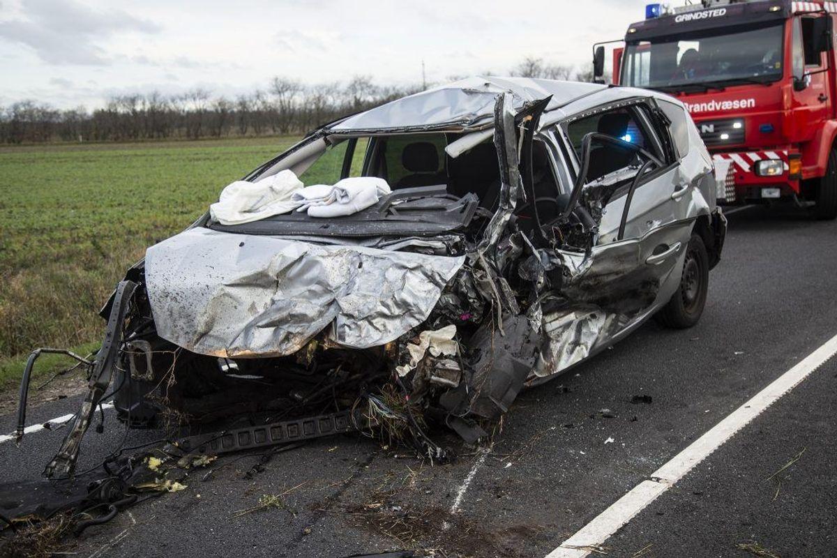 Så smadret var parrets bil efter mødet med varevognen. Foto: René Lind Gammelmark.