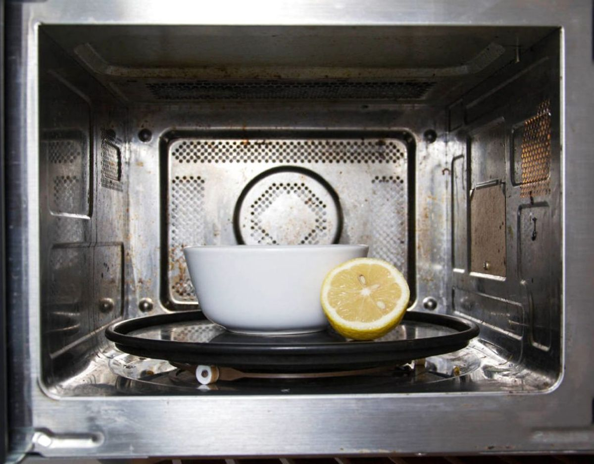 Hvis du har en beskidt mikrobølgeovn kan du tage en skål og fylde den med en halv kop vand, vride en citron i vandet og smide skrallerne deri. Stil skålen i mikrobølgeovnen og giv den tre minutter. Vent 5 minutter. Derefter kan du tørre alt det beskidte af. Foto: Scanpix