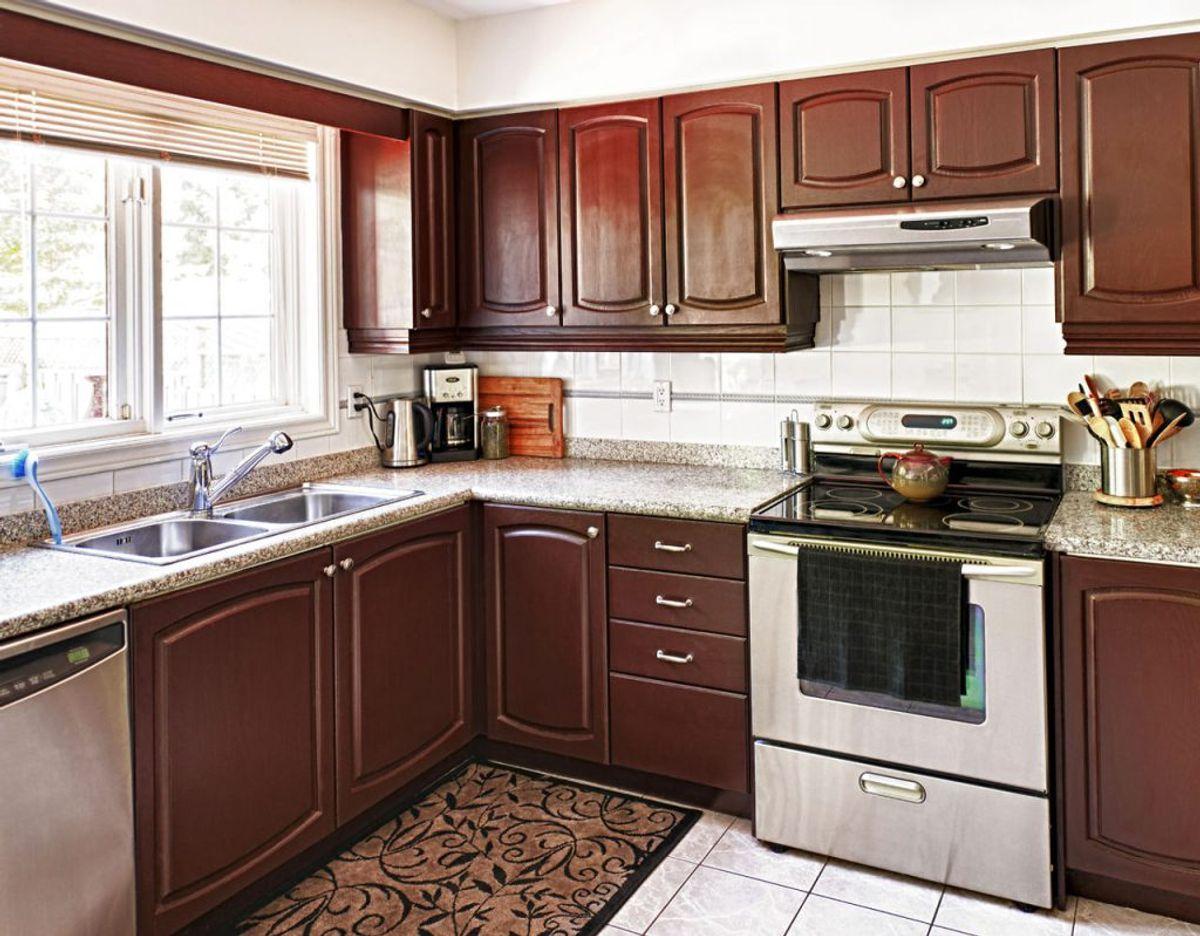Er der for mange fedtede fingre på din ovn, opvasker eller andet i rustfrit stål, kan du lave en blanding af lige dele eddike og vand. Det fjerner de fedtede fingre. Foto: Scanpix