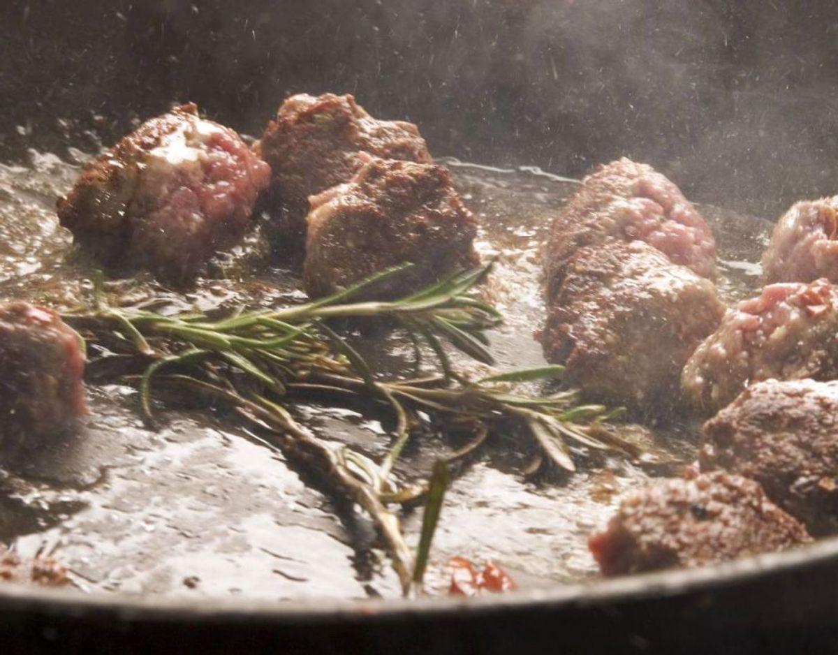 Er du kommet til at brænde for meget mad på flere gange, så er der også en løsning. Fyld din pande eller gryde med vand, så det dækker bunden. Put en spiseske vinsten, en blanding af vinsure og kalium, i. Lad det simre og køl ned. Så kan du skrubbe resterne af. Foto: Scanpix
