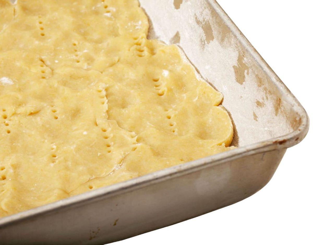 Der er også håb for en beskidt bradepande. Læg et papir fra køkkenrullen i bradepanden, fyld den med vand og hæld opvaskemiddel i. Lad den stå en time. Brug en skuresvamp til at få pletterne væk. Foto: Scanpix