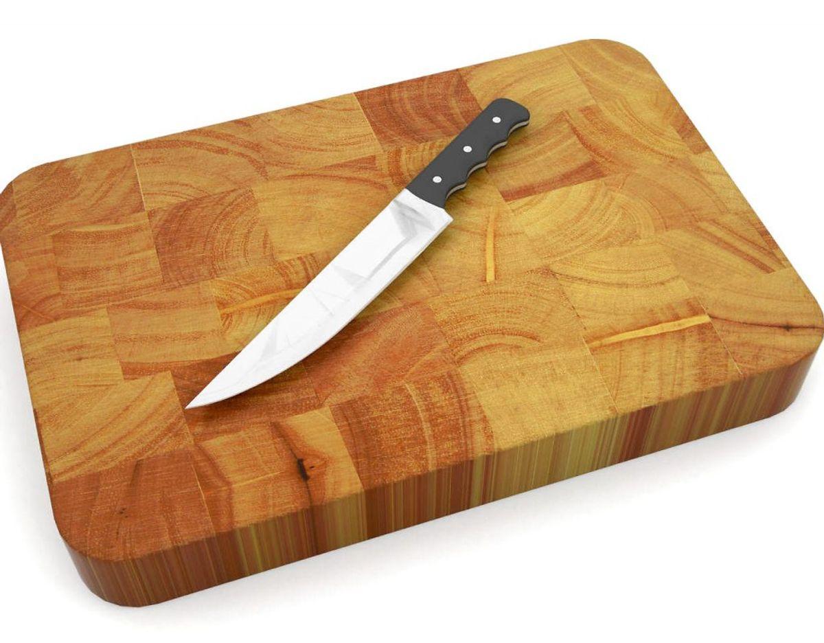 Har du et beskidt skærebræt med dybe riller, kan du med fordel bruge en citron. Del citronen i to halve, strø salt på kødet og brug den som skuresvamp. Tør af med en våd klud. Du kan slutte af med at smøre skærebrættet med kokosolie. Foto: Scanpix