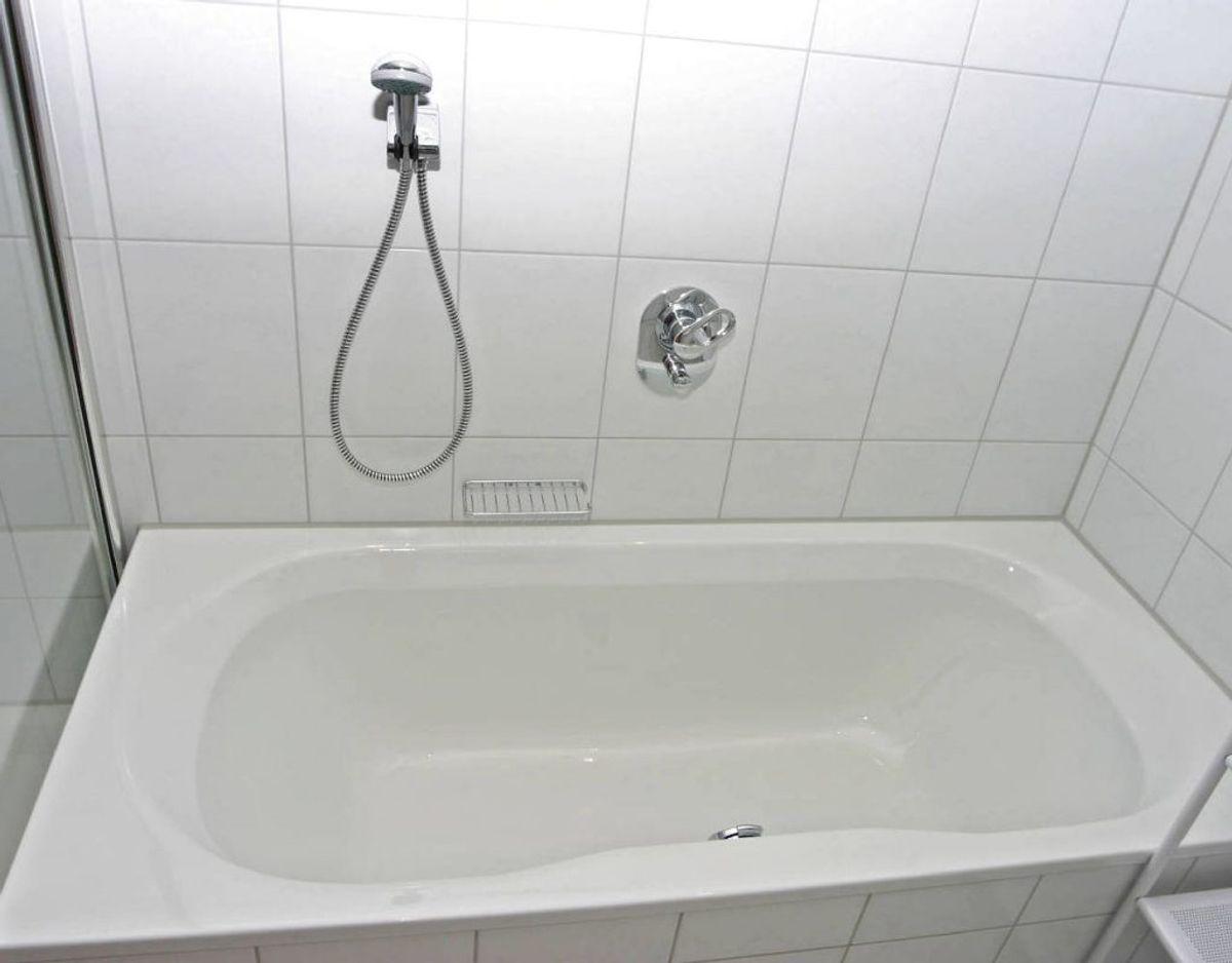 Har du problemer med genstridige pletter på badeværelset måske i dit badekar, kan du blande opvaskemiddel med varmt eddike, sprøjte det på pletterne og lade det sidde i 30 minutter. Derefter kan pletterne nemt tørres væk. Foto: Scanpix