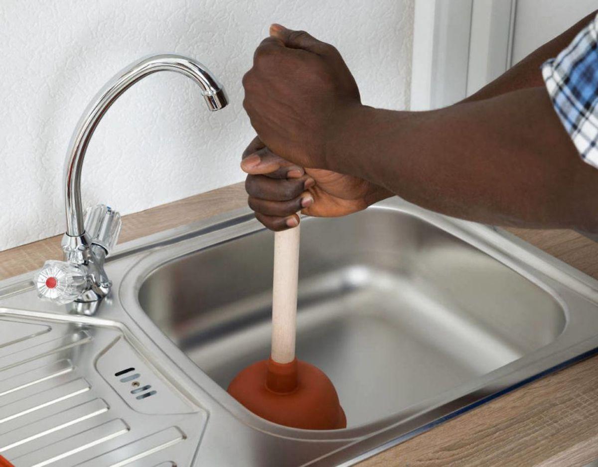 Er dit afløb stoppet findes der også en nemmere løsning end en svupper. Bland en del salt og en del bagepulver. Hæld det i afløbet. Hæld derefter varm eddike og kogende vand i afløbet. Foto: Scanpix