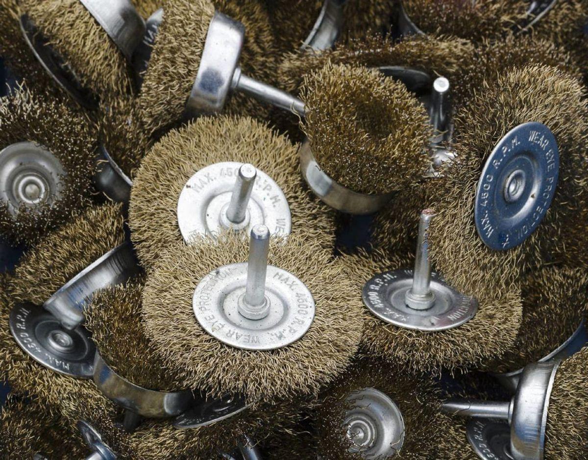 En børste, som kan bruges med en boremaskne. Sæt delene sammen, dyp børsten i vand og sæbe og skur ved hjælp af boremaskinen. Foto: Scanpix
