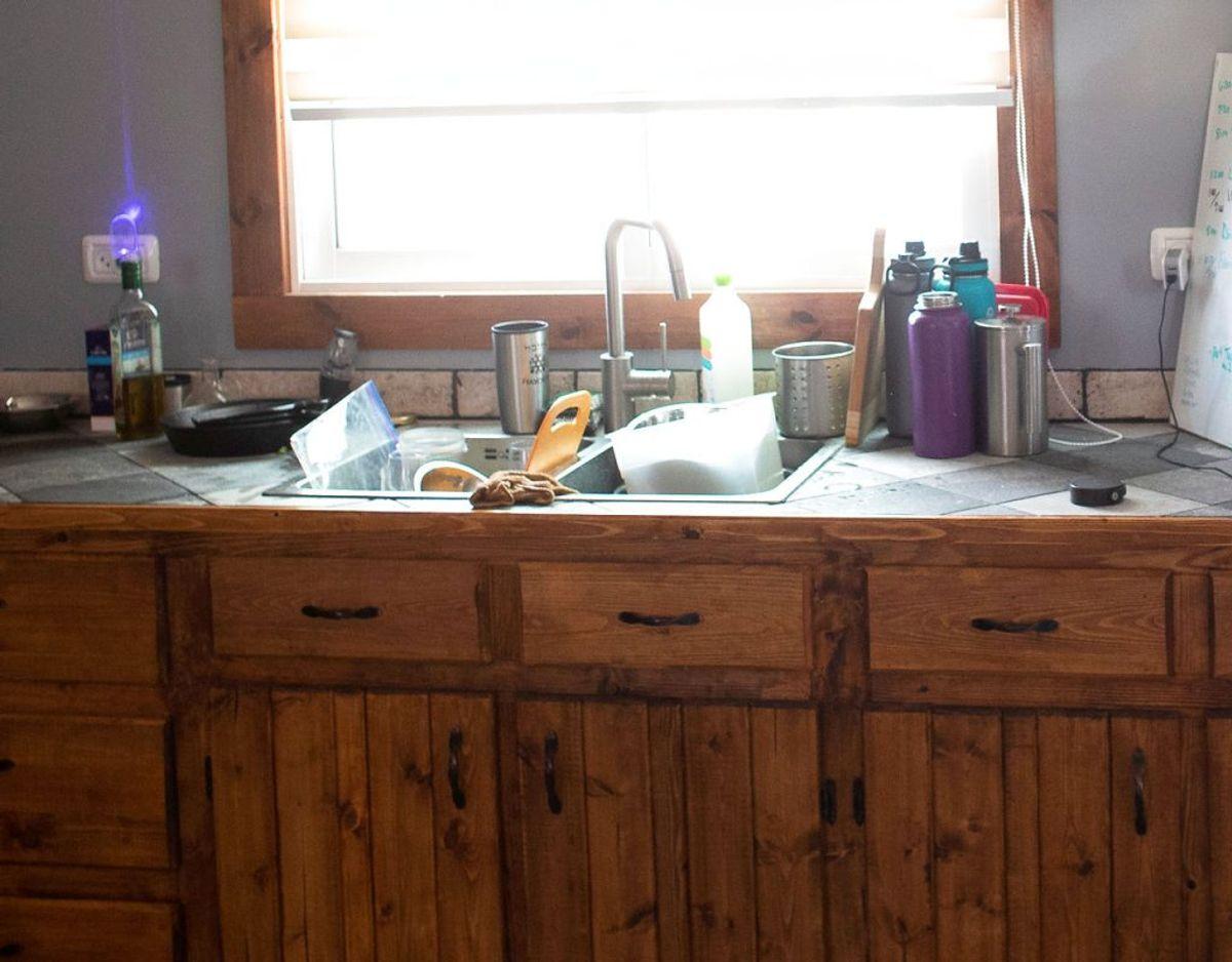 Køkkenet kan være et af de steder, hvor vi overser flest beskidte steder. KLIK videre i galleriet og få en håndfuld råd til at gøre nogle ting rene. Foto: Scanpix