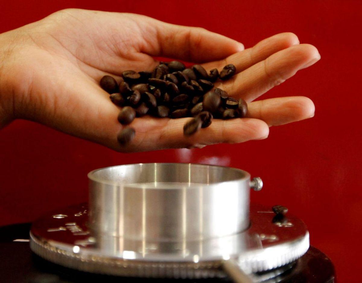 Bliver din kaffekværn også grumset? Du kan gøre den ren ved at smide nogle klumper hvidt brød ned i kværnen, så klæber kafferesterne til brødet, så smider du bare det ud. Foto: Scanpix