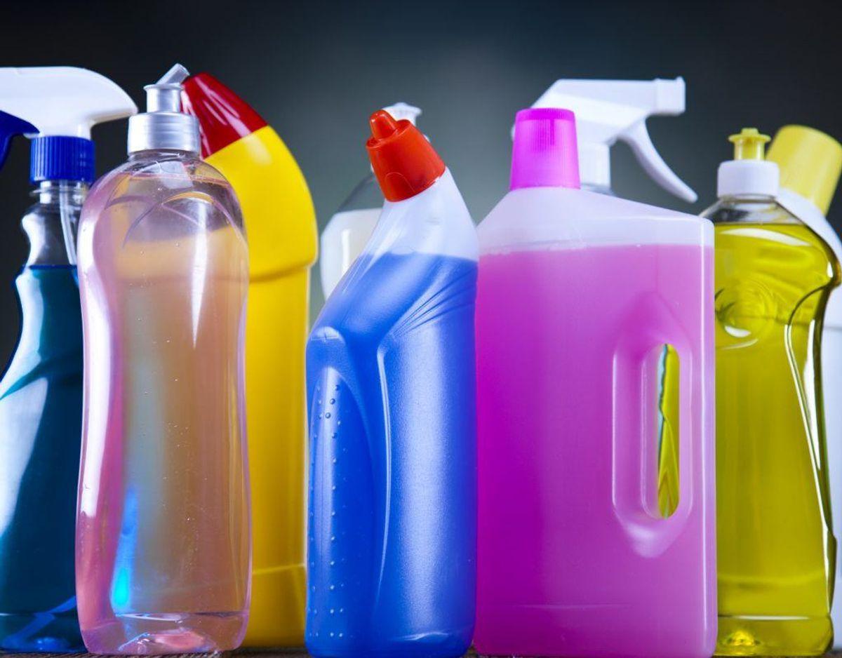 Blander du eddike med vand i en forstøver, kan du sprøjte det på badeværelsets overflader. Genrefoto.