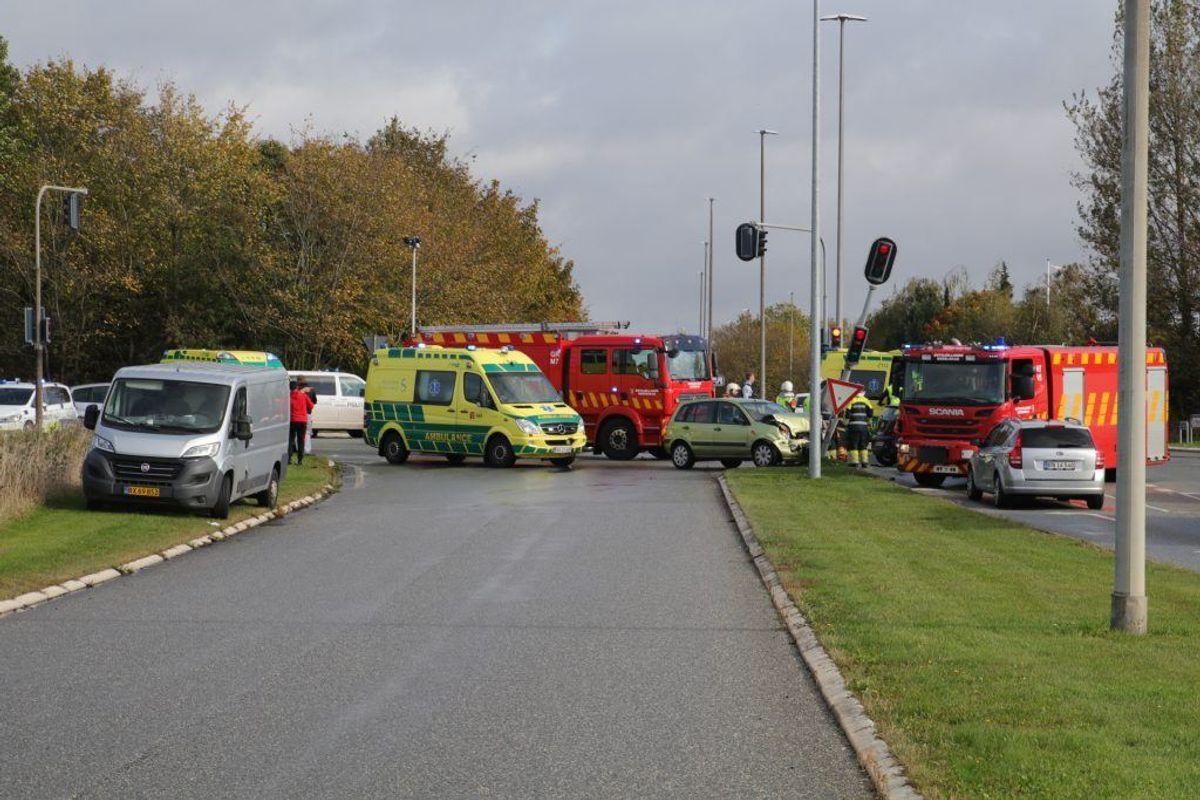 En ambulance er væltet om på siden i en trafikulykke. En personbil er også involveret. KLIK for flere billeder. Foto: Presse-fotos.dk.
