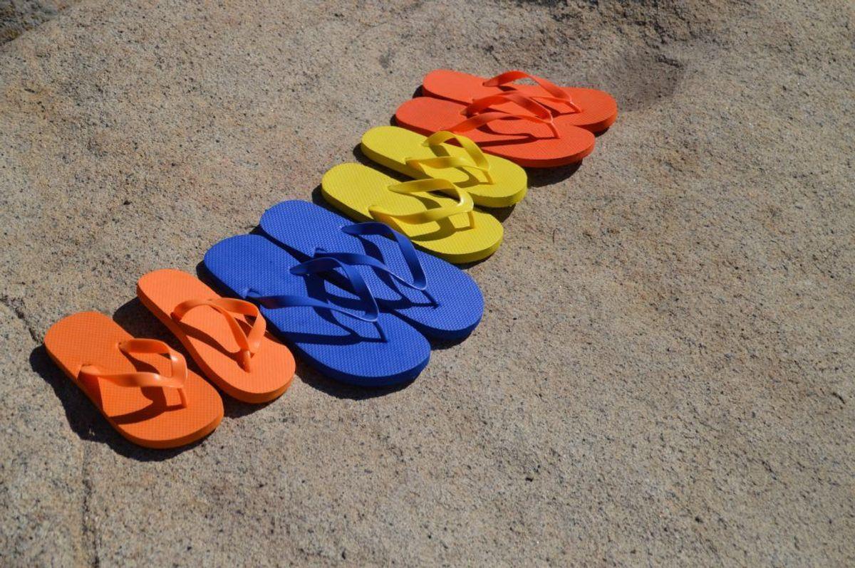 Mange foretrækker sandaler og lignende i sommermånederne. Det kan føre til overbelast, men er sjældent hælspore.
