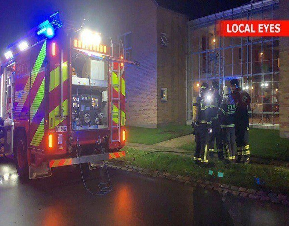 Der udbrød brand i en lejlighed i Odense onsdag aften, fordi et stearinlys væltede og antændte noget papir. En person blev kørt på hospitalet til tjek for røgforgiftning. Foto: Local Eyes