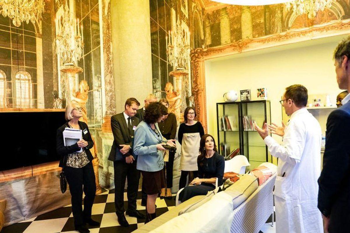 Kronprinsesse Mary besøger det største af 39 offentlige hospitaler i Paris, Hospital Européen Georges-Pompidou, og bliver vist et lokale til unge patienter, designet af Phillippe Starck, under et erhvervsfremstød i Paris, mandag den 7. oktober 2019. Kronprinsparrets besøg i Paris har især fokus på energi og sundhed.. (Foto: Ida Marie Odgaard/Ritzau Scanpix)