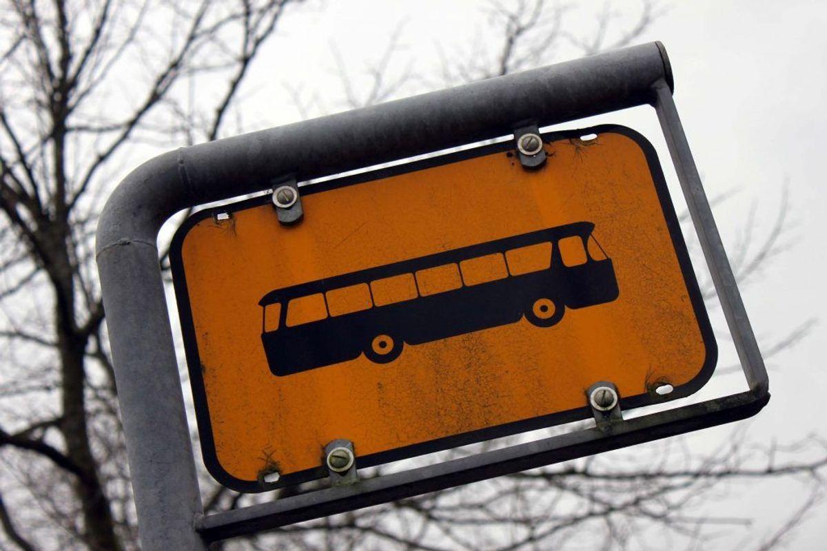 En ældre cyklist kom tirsdag i klemme under en bus i Næstved. Han er efterfølgende omkommet, oplyser Sydsjællands og Lolland-Falsters Politi. Genrefoto.