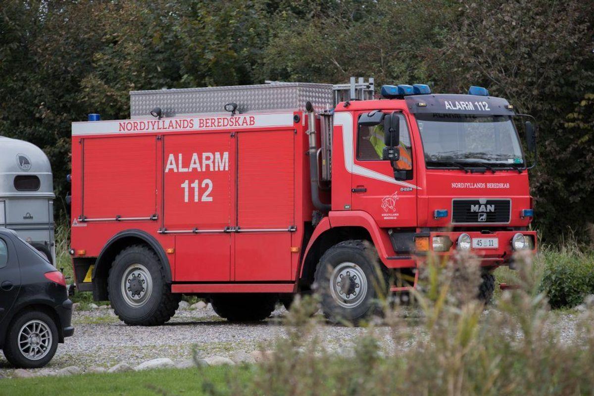 En ung pige kan angiveligt takke brandmænd fra Nordjyllands Beredskab for, hendes hest stadig er i live. Den var faldet i en grøft og kunne ikke selv komme op. KLIK for flere billeder. Foto: Rasmus Skaftved.