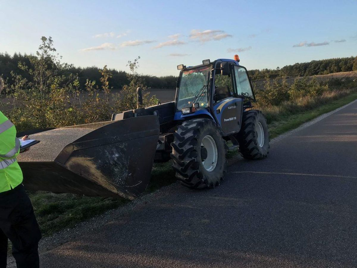 En motorcyklist er lørdag eftermiddag blevet dræbt i en ulykke, hvor en traktor blev påkørt. KLIK OG SE BILLEDER DERFRA. Foto: Øxenholt Foto