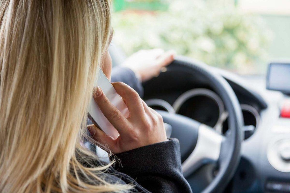 Politiet forventer, at det fra 10. september koster et klip at lave denne øvelse. KLIK og se andre regler om telefoner og biler. Foto: Colourbox.