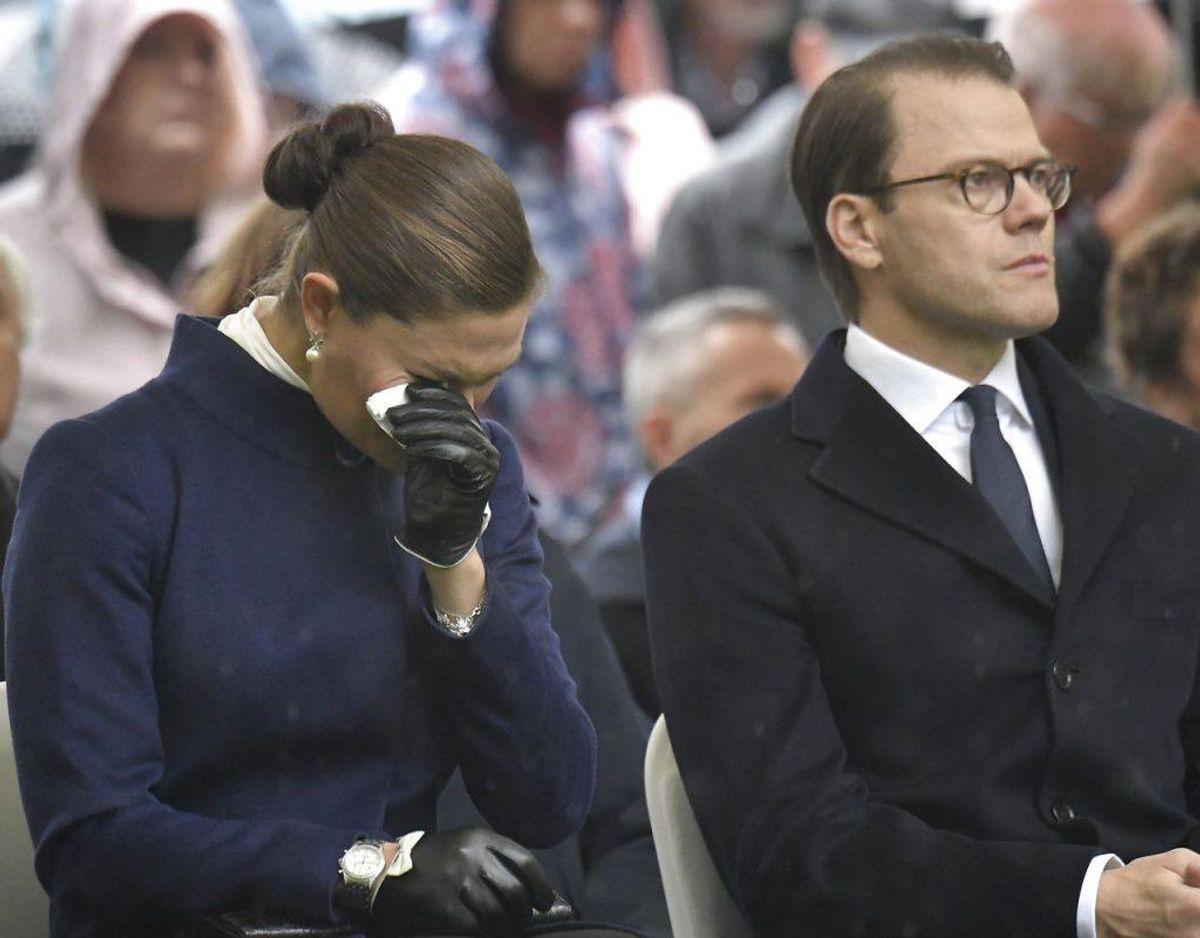 Kronprinsesse Victoria var tydeligt rørt, da hun sammen med prins Daniel lørdag var til mindehøjtidelighed for Estonia-katastrofen. Foto: Janerik Henriksson/TT/Ritzau Scanpix.