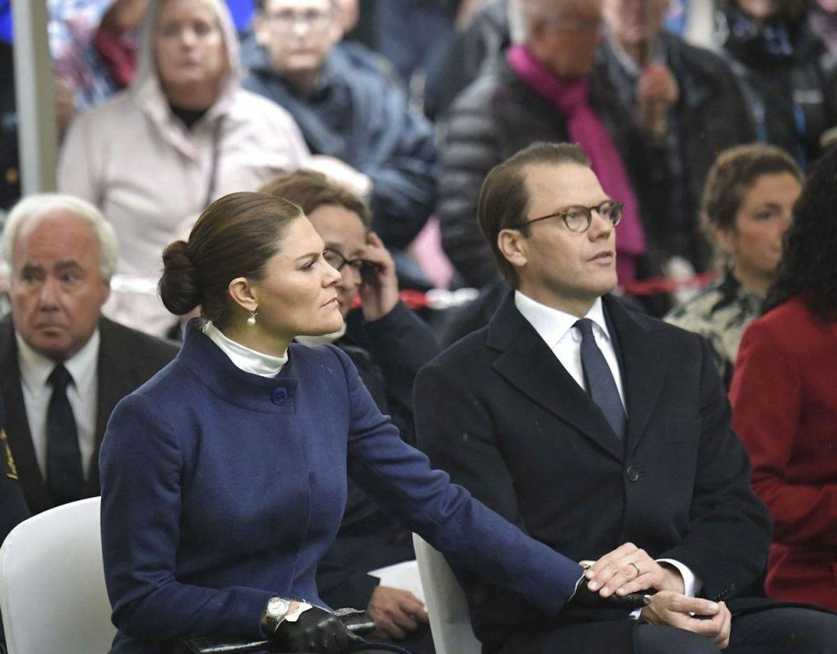 Prins Daniel var tydeligt en stor støtte for den rørte kronprinsesse. Foto: Janerik Henriksson/TT/Ritzau Scanpix.