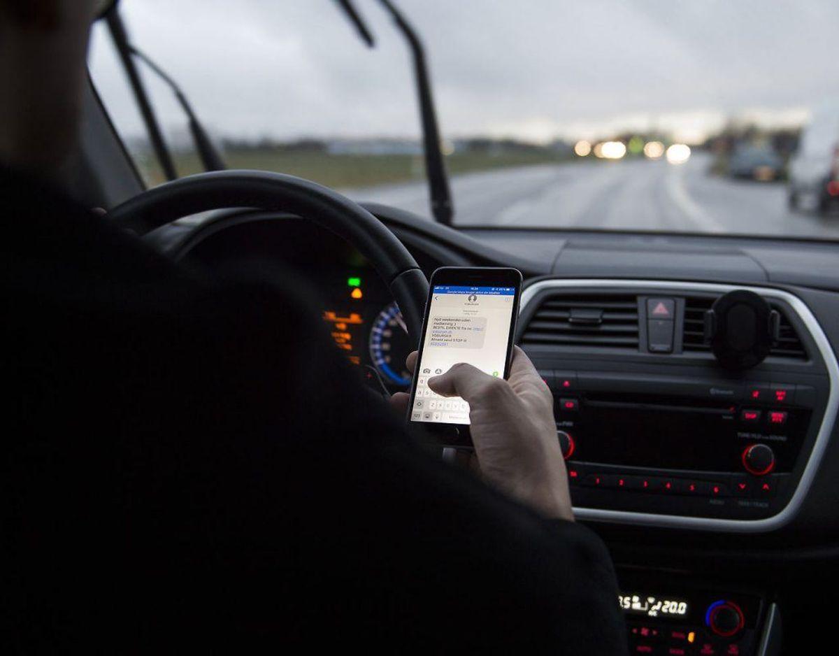 Knap 900 bilister er i uge 38 blevet taget for at være uopmærksomme i trafikken. Særligt har bilisterne fokuseret på deres telefoner under kørsel. Klik videre og få gode råd til at undgå uopmærksomhed. Foto: Scanpix